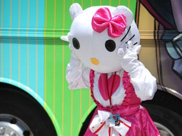 Поклонница Hello Kitty поправляет костюм