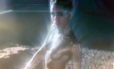 Майли Сайрус показала звездам голую грудь
