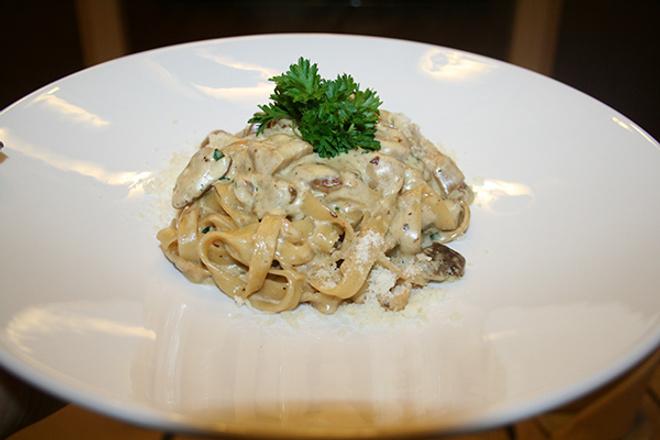 Паста «Тальятелле» с белыми грибами на сливочном соусе