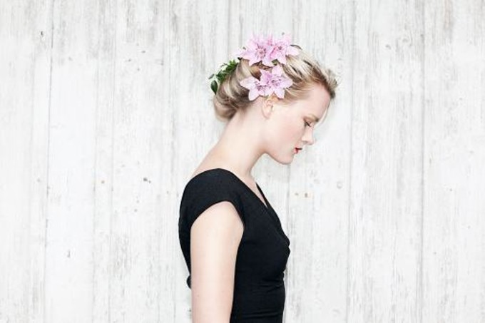 Портрет девушки с цветком в волосах
