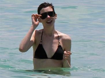 Энн Хэтэуэй (Ann Hathaway) на пляже в Майами в мае 2012 года.