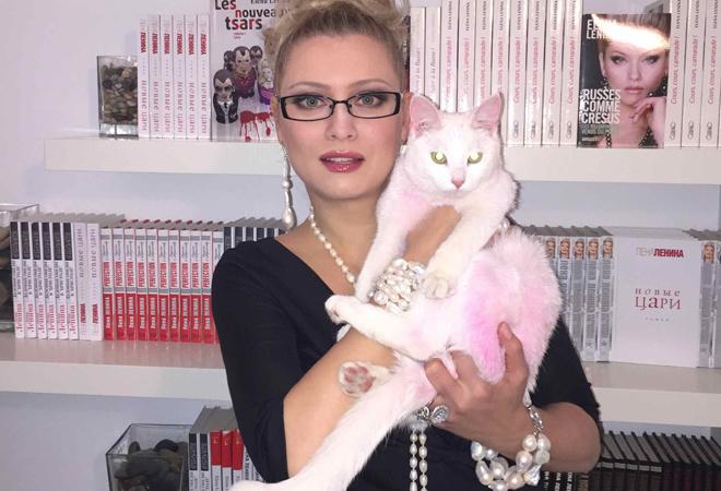 Лена Ленина с розовым котенком фото