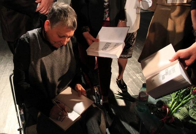 Людмила Улицкая никому не отказала в автографе