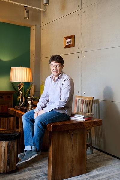 Глеб Коробов,  генеральный директор интерьерной галереи TeakHouse, в кабинете у себя дома
