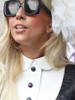 Леди ГаГа (Lady GaGa) наделу блузу с белым отложным воротничком
