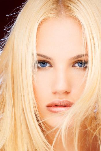 При окрашивании волос в натуральные цвета следует учесть, что волосы у корней всегда должны быть чуть темнее, чем на концах.