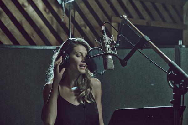 Жизель Бюндхен во время записи песни