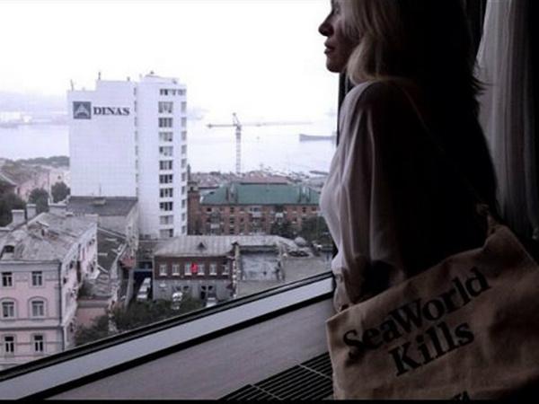 """Памела Андерсон у окна владивостокского отеля """"Хендэ"""""""