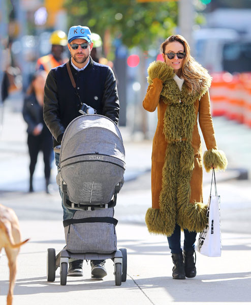 Оливия Уайлд и ее муж гуляют с ребенком