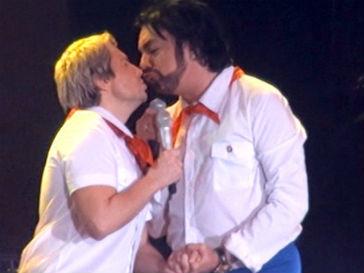 Николай Басков поцелова Филиппа Киркорова на своем дне рождении
