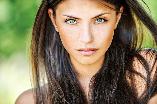 Чтобы предотвратить появление блеска на лице, необходимо уделить должное внимание очищению кожи.