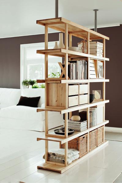 Для большей устойчивости стеллаж-перегородку можно зафиксировать с помощью вертикальных стоек, прикрепленных к потолку. Модель «Норрэбу» от IKEA