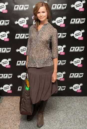 Милая Мила: турецкий огурец на легкой блузке, мешковатая юбка и оригинально заплетенная коса – скромная красота всегда привлекательна.