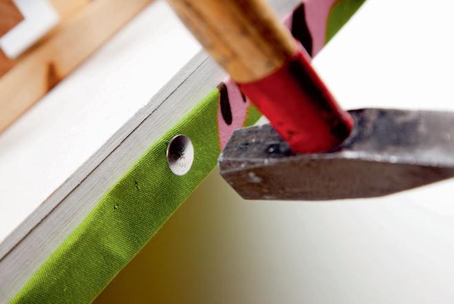 С тыльной стороны на каждую створку прикрепляют ткань, предварительно раскроенную на три равных куска шириной 60 см плюс 1,5–2 см с каждой стороны на подгибку. Для фиксации полотен используют декоративные гвозди