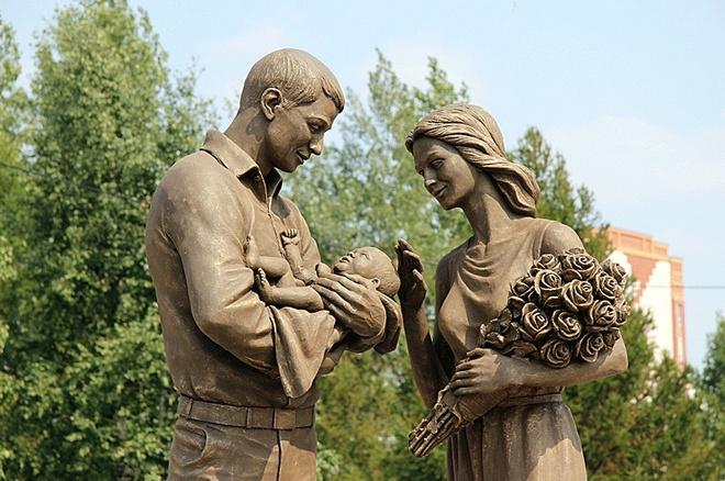 Скульптура счастливой семьи после выписки из роддома в Красноярске