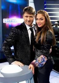 Алена и ведущий шоу, Виктор Логинов