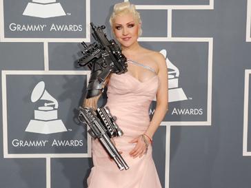 Русская певица Саша появилась на красной ковровой дорожке в эпатажном розовом платье