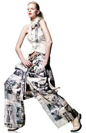 2000 Коллекция haute couture весна—лето. Джон Гальяно для Dior Брюки из тафты с принтами газет и жилет из шелкового муара, шейный платок с английской булавкой, ботинки а-ля Гаврош.