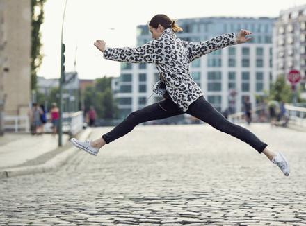 Женщина в прыжке