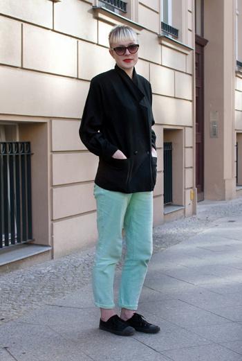 Фотографы-блогеры Mary Scherpe&Dario Natale (Stil in Berlin) познакомились с Rosie. Ей – 28, она живет в Белфасте, что в Северной Ирландии, увлекается музыкой и одеждой в стиле винтаж. Ее стиль – брюки цвета нежной бирюзы, двубортный пиджак с большими карманами, алая помада.