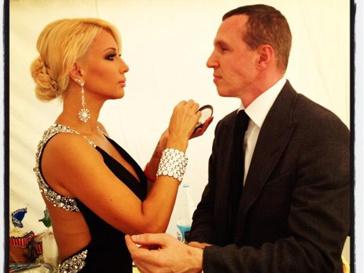 Лера Кудрявцева и Игорь Верник готовятся к выходу на сцену.