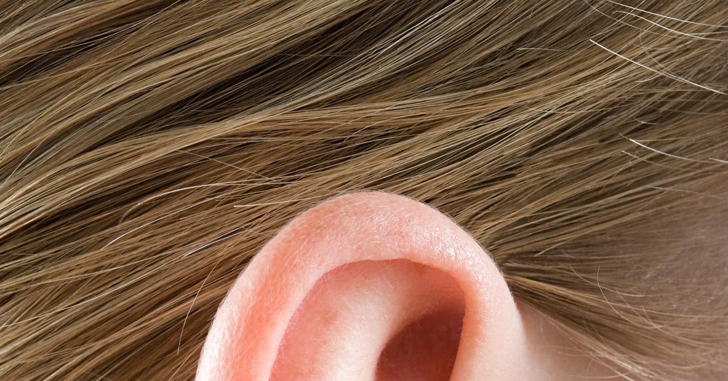 Почему при сморкании отдает в ухо