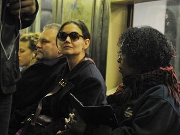 Кэти Холмс в метро