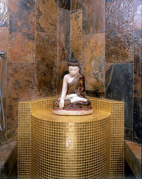 Будда XVIII века сидит на постаменте, облицованном китайской мозаикой, Golden Glass, ею же отделан потолок
