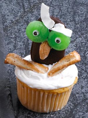Филин. Шоколадное печенье превращаем в филина: глаза из жевательного мармелада, клюв – миндальный орешек, брови – кокосовая стружка, крылья – крекеры.