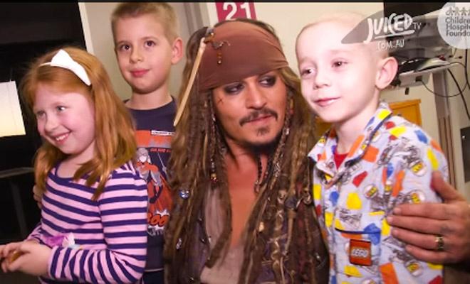 Джонни Депп в образе Джека Воробья навестил больных детей