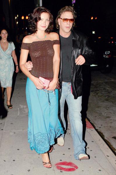 Микки Рурк со своей подругой, русской моделью Анной Ильнитской (сентябрь, 2005)