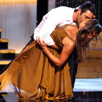 Ведущая Ванесса Вильямс целует своего партнера Жиля Марини во время танца