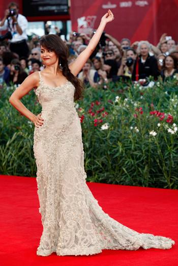 Романтичное декорирование платья кружевом продиктовало форму: силуэт наряда актрисы Ясмин Эльмасри четкий, чуть приталенный, с манящей элегантностью в каждом шаге.