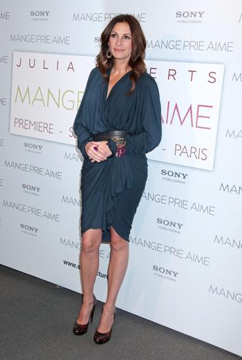 Драпированное платье Джулия предпочла надеть с широким поясом и массивным браслетом.