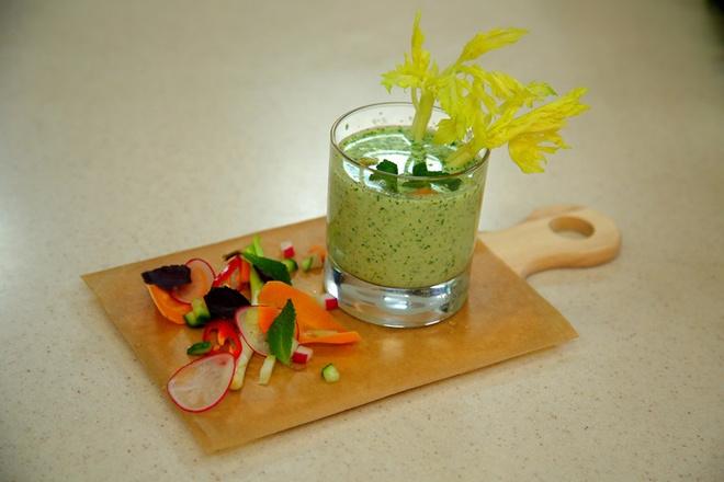 Летний зеленый суп с рукколой и мятой