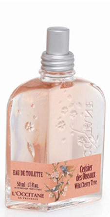 «Дикая вишня» от L'Occitane – мягкий, нежный и в то же время озорной аромат. В верхних нотах звучит черная смородина и лимон, в сердце – цветы розы и вишни, а в шлейфе – соблазнительное сочетание кедра, сандала и мускуса.