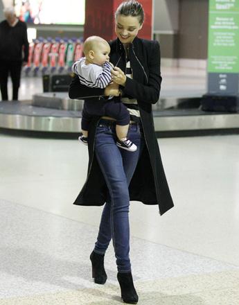 Миранда Керр (Miranda Kerr) в длинном черном пальто