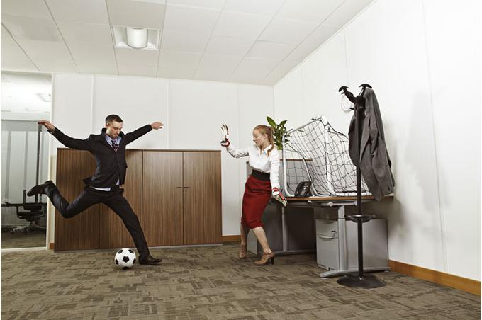 Игра в футбол в офисе
