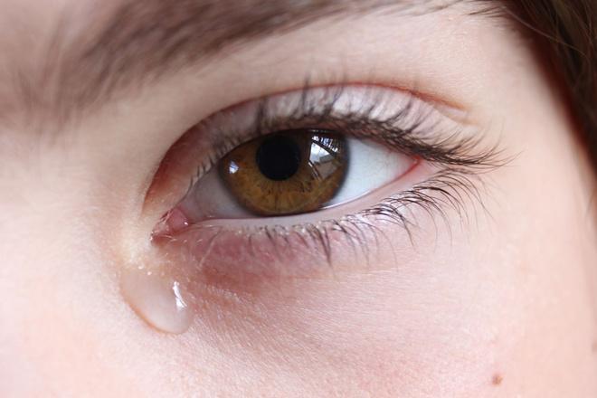 щиплет глаза