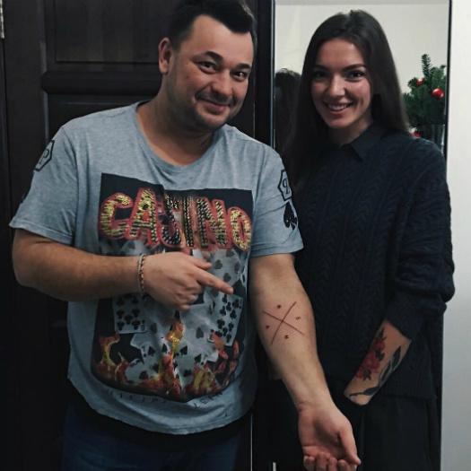 Сергей Жуков наколол себе крест