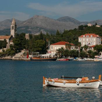 За полчаса можно пешком обойти весь остров, разглядывая руины средневековых церквей и сторожевых укреплений.