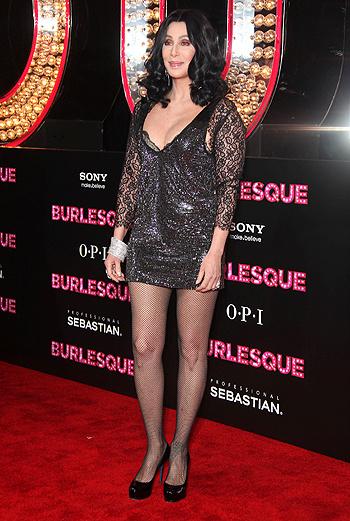 Шер предстала на премьере в светящемся платье.