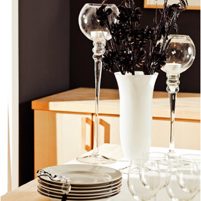 Оптимальный вариант сервировки праздничного стола в черно-белом интерьере – сочетание простой белой керамики и столь же незамысловатого прозрачного стекла.