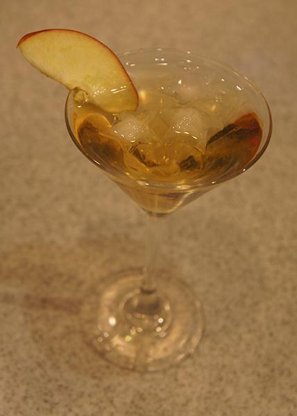 Коктейль с яблочным соком и корицей