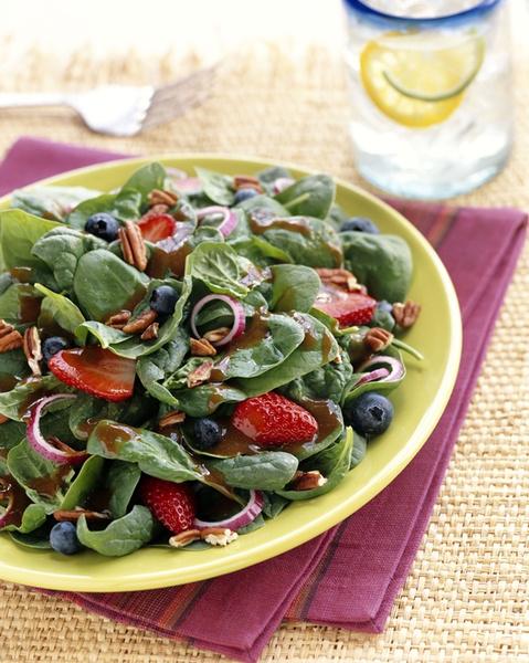 Салат из черники, клубники и шпината