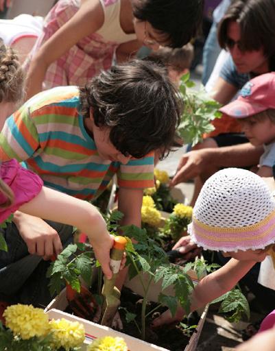 В городских парках и садах детей учат сажать цветы и деревья.