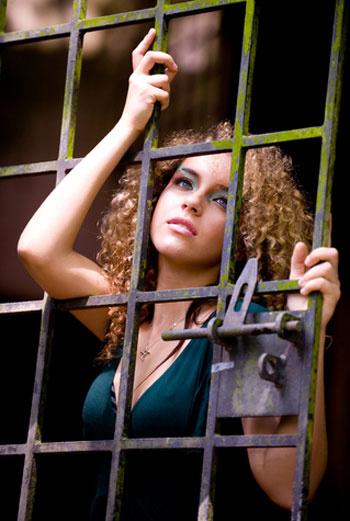 Гель Gillette помог жениху пробраться сквозь решетку окна к своей возлюбленной