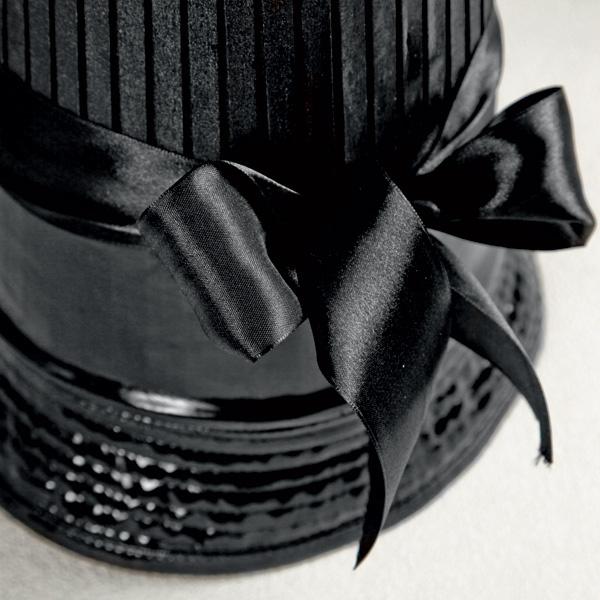 Чтобы сделать стык между шляпкой и абажуром незаметным, его закрывают атласной лентой. Работа закончена.