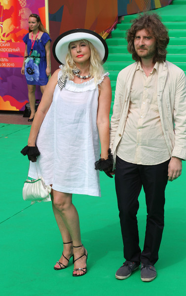 Неожиданно для всех актриса Елена Кондулайнен и режиссер Николай Хамерики появились на дорожке, держась за руки.