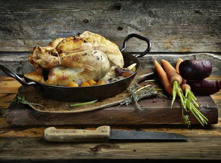 Поджаренная курица в сковороде